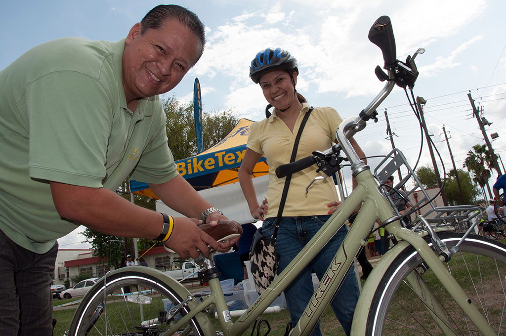Fernando Martinez from BikeTexas prepares a free rental bike for a participant at Washington Park. BikeTexas free rental bikes were very popular during a 2012 CycloBia event. Photo by Ann Harness.